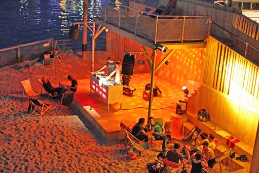 Drinks and tunes by night at Badeschiff, Berlin. Photo by ARENA BERLIN
