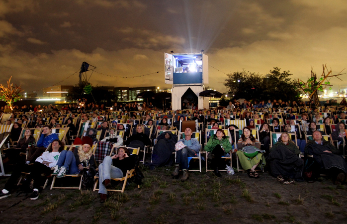 The audience eatching a film at the Pluk de Nacht open-air cinema.