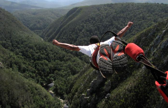 A man bungee jumps off Bloukrans Bridge. ©