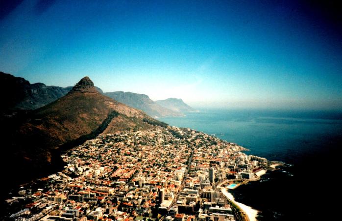 The sunny Cape Town skyline.