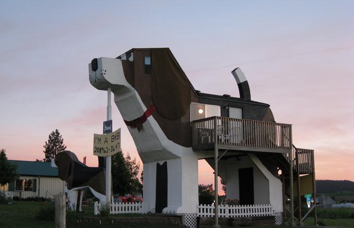 Sleep in the world's biggest beagle! © Dog Bark Park Inn
