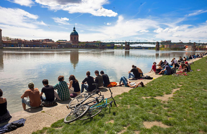 An afternoon aperitif by the banks of the Garonne in Toulouse