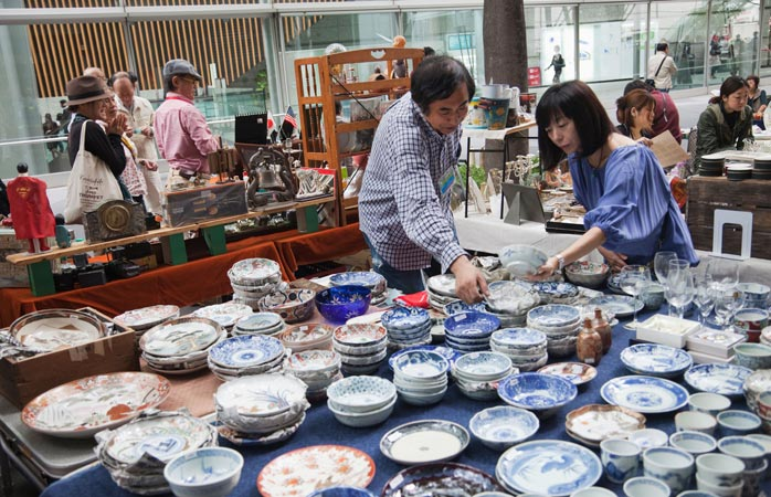 The Oedo Antique Market is a paradise for pottery lovers