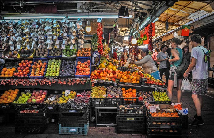Locals and tourists alike can be seen shopping for fresh produce at the Bolhão Market © Celine181