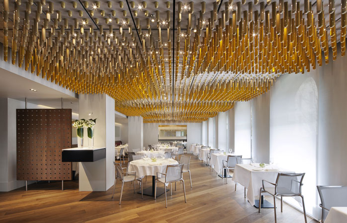 The wave-like ceiling at Ametsa with Arzak Instruction is made from 7,000 glass bottles filled with spices © COMO The Halkin