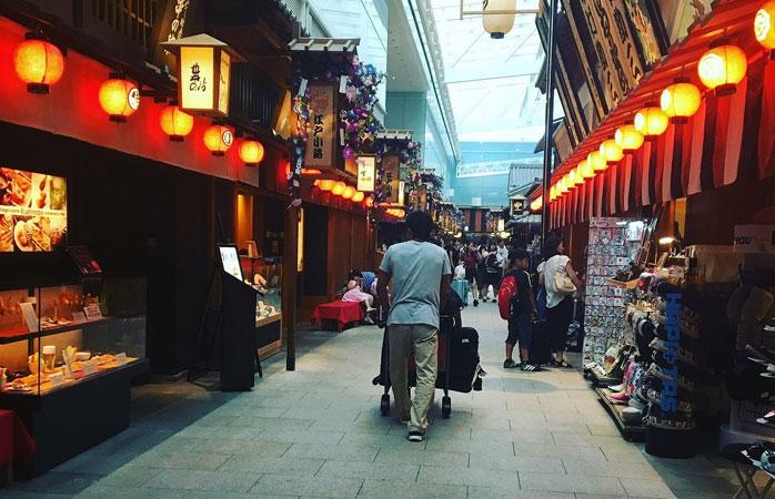 Strolling along the stalls of Haneda Airport's Edo Market © kahmsarm