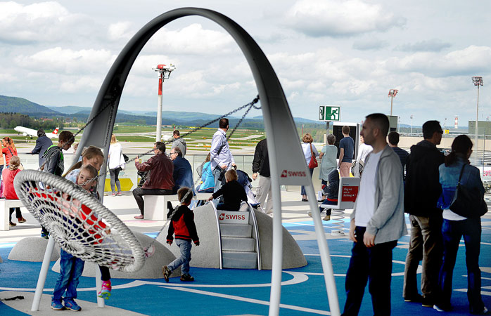 Birthday parties at the Zürich Airport include a stop at the observation deck © Flughafen Zürich AG